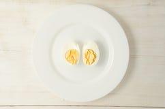 Ägg Kokta fega ägg på en platta Fotografering för Bildbyråer