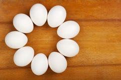 Ägg läggas på bordlägga Royaltyfria Bilder
