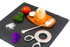 Ägg lagat mat mjukt kokt på den svarta stenplattan Royaltyfri Fotografi