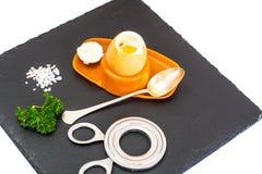 Ägg lagat mat mjukt kokt på den svarta stenplattan Fotografering för Bildbyråer