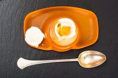 Ägg lagat mat mjukt kokt på den svarta stenplattan Royaltyfri Bild