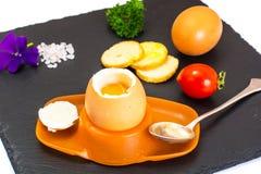 Ägg lagat mat mjukt kokt på den svarta stenplattan Royaltyfri Foto