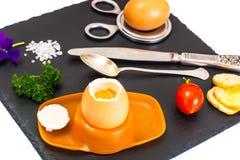 Ägg lagat mat mjukt kokt på den svarta stenplattan Arkivfoton