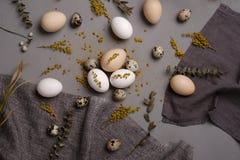 Ägg med blommor och dekorativa beståndsdelar på betong Royaltyfri Bild