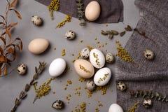 Ägg med blommor och dekorativa beståndsdelar på betong Arkivfoto