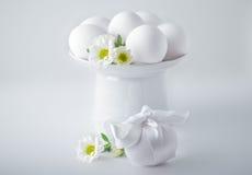 Ägg med blommor på en vit bakgrund easter symboler Royaltyfria Bilder