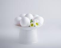 Ägg med blommor på en vit bakgrund easter symboler Royaltyfri Fotografi