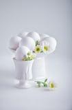 Ägg med blommor på en vit bakgrund easter symboler Fotografering för Bildbyråer