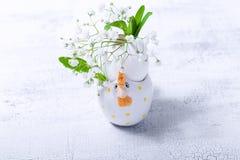 Ägg med blommor på en vit bakgrund easter symboler Royaltyfri Bild