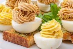 Ägg med dekorerad majonnäs Arkivbild