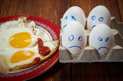 Ägg med den förskräckta framsidan och det stekte ägget arkivfoto
