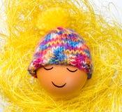 Ägg med den roliga sömniga framsidan och luvan Arkivfoton