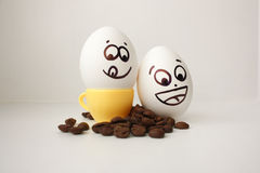 Ägg med en framsida Roligt och gulligt till ett kaffe råna arkivbild