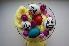 Ägg med en gullig framsida foto Royaltyfri Fotografi