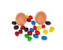 Ägg med godis isolerad vit bakgrund Royaltyfri Foto