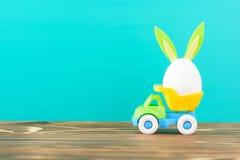Ägg med kaninöron i liten lastbil Arkivbild
