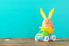 Ägg med kaninöron i liten lastbil Royaltyfri Foto
