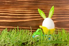 Ägg med kaninöron i liten lastbil Fotografering för Bildbyråer