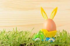 Ägg med kaninöron i liten lastbil Arkivfoto