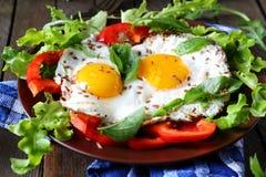 Ägg med nya grönsaker på plattan Royaltyfri Bild