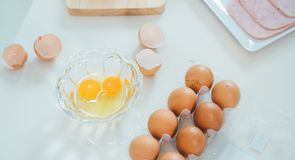 Ägg med skinka är på tabellen royaltyfri fotografi