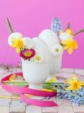 Ägg med vårblommor Fotografering för Bildbyråer