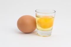 Ägg och ägg i en kopp Arkivbild