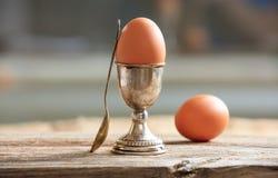 Ägg och äggkopp i ett gammalt magasin Royaltyfria Foton