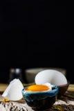 Ägg och äggula för stilleben brutna vita Arkivbild