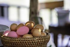 Ägg och bevarat ägg i en vide- korg arkivfoton