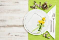 Ägg och blommor för påsktabellgarnering Arkivbild