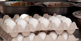 Ägg och bunkar med en fyllning för att laga mat Arkivbilder