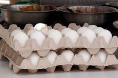 Ägg och bunkar med en fyllning för att laga mat Arkivbild