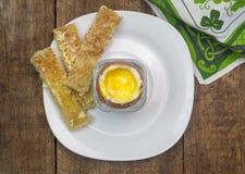 Ägg och dippies - mjukt kokt hönaägg med rostat brödskivor - overhe Royaltyfri Fotografi