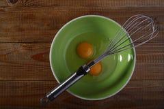 Ägg och drevkarl på den gröna plattan Royaltyfria Bilder