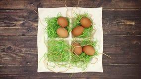Ägg och easter garnering på däcket - stoppa rörelse lager videofilmer