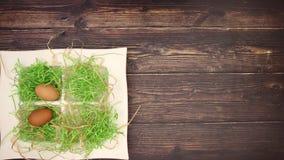 Ägg och easter garnering på träbakgrund - stoppa rörelse stock video