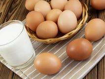 Ägg och ett exponeringsglas av mjölkar Royaltyfria Foton