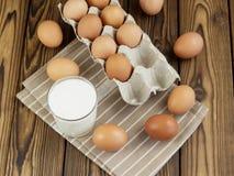 Ägg och ett exponeringsglas av mjölkar Royaltyfria Bilder