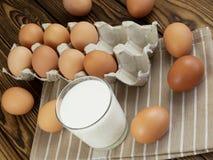 Ägg och ett exponeringsglas av mjölkar Royaltyfri Bild
