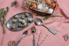 Ägg och gammalt bestick Arkivfoto