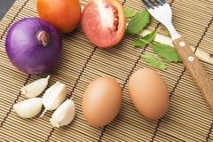 Ägg och grönsaker för att laga mat på tabellen Fotografering för Bildbyråer