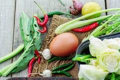 Ägg och grönsaker på trä Arkivbild
