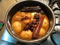 ägg och griskött i brun sås Arkivbilder