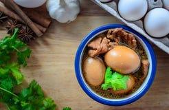 Ägg och griskött i brun sås med tomt utrymme, thailändsk kokkonst Arkivbilder