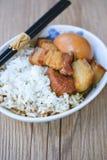 Ägg och griskött i brun sås, thailändsk kokkonst, kokta ägg med chi Arkivbilder