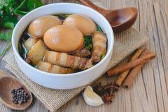 Ägg och griskött i brun sås, thailändsk kokkonst, kokta ägg med chi Royaltyfri Foto