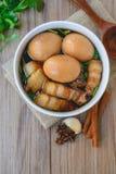Ägg och griskött i brun sås, thailändsk kokkonst, kokta ägg med chi Royaltyfri Bild