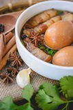 Ägg och griskött i brun sås, thailändsk kokkonst, kokta ägg med chi Royaltyfri Fotografi