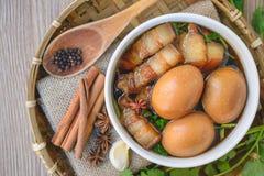 Ägg och griskött i brun sås, thailändsk kokkonst, kokta ägg med chi Royaltyfria Bilder